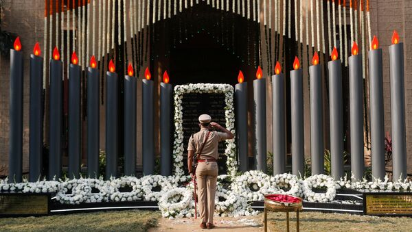 A police officer pays his respects at a memorial to mark the 12th anniversary of the November 26, 2008 attacks, in Mumbai, India November 26, 2020 - Sputnik International