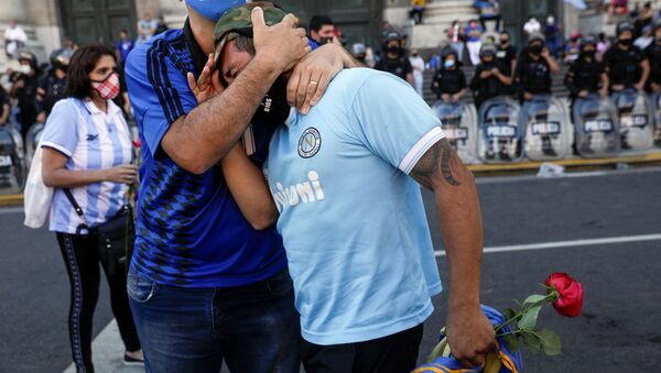 People mourn the death of soccer legend Diego Armando Maradona, in front of the Casa Rosada presidential palace in Buenos Aires, Argentina, November 26, 2020. - Sputnik International