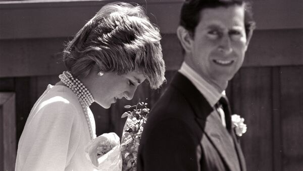 Princess Diana bows her head following Prince Charles on a walk to the California Pavilion in Vancouver May 6, 1986 - Sputnik International