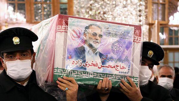 Servants of the holy shrine of Imam Reza carry the coffin of Iranian nuclear scientist Mohsen Fakhrizadeh, in Mashhad, Iran November 29, 2020 - Sputnik International