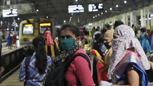Women passengers wait for a local train in Mumbai, India, Wednesday, Oct. 21, 2020 - Sputnik International