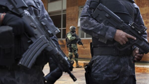 Security agents stand guard outside the apartment building where Damaso Lopez, nicknamed El Licenciado, was captured in the Anzures neighborhood of Mexico City, Tuesday, May 2, 2017 - Sputnik International