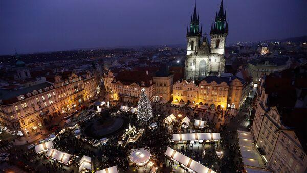 Комбо-фото рождественской ярмарки на Староместской площади в Праге в 2019 и 2020 годах - Sputnik International