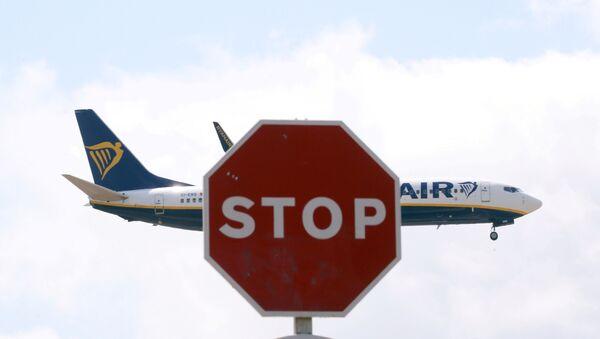 FILE PHOTO: A Ryanair Boeing 737 airplane passes a Stop sign as it lands at Barcelona-El Prat airport - Sputnik International