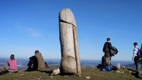 Screenshot captures the original wooden phallus statue that previously sat on the Grünten mountain, which is located in the German state of Bavaria. The statue went mysteriously missing  and has since been replaced by a similar, but larger structure. - Sputnik International