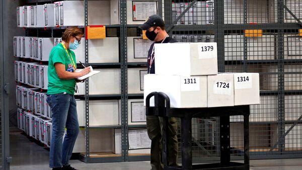 Election staff work in the Clark County Election Center in North Las Vegas, Nevada, U.S. November 6, 2020. REUTERS/Steve Marcus/File Photo - Sputnik International