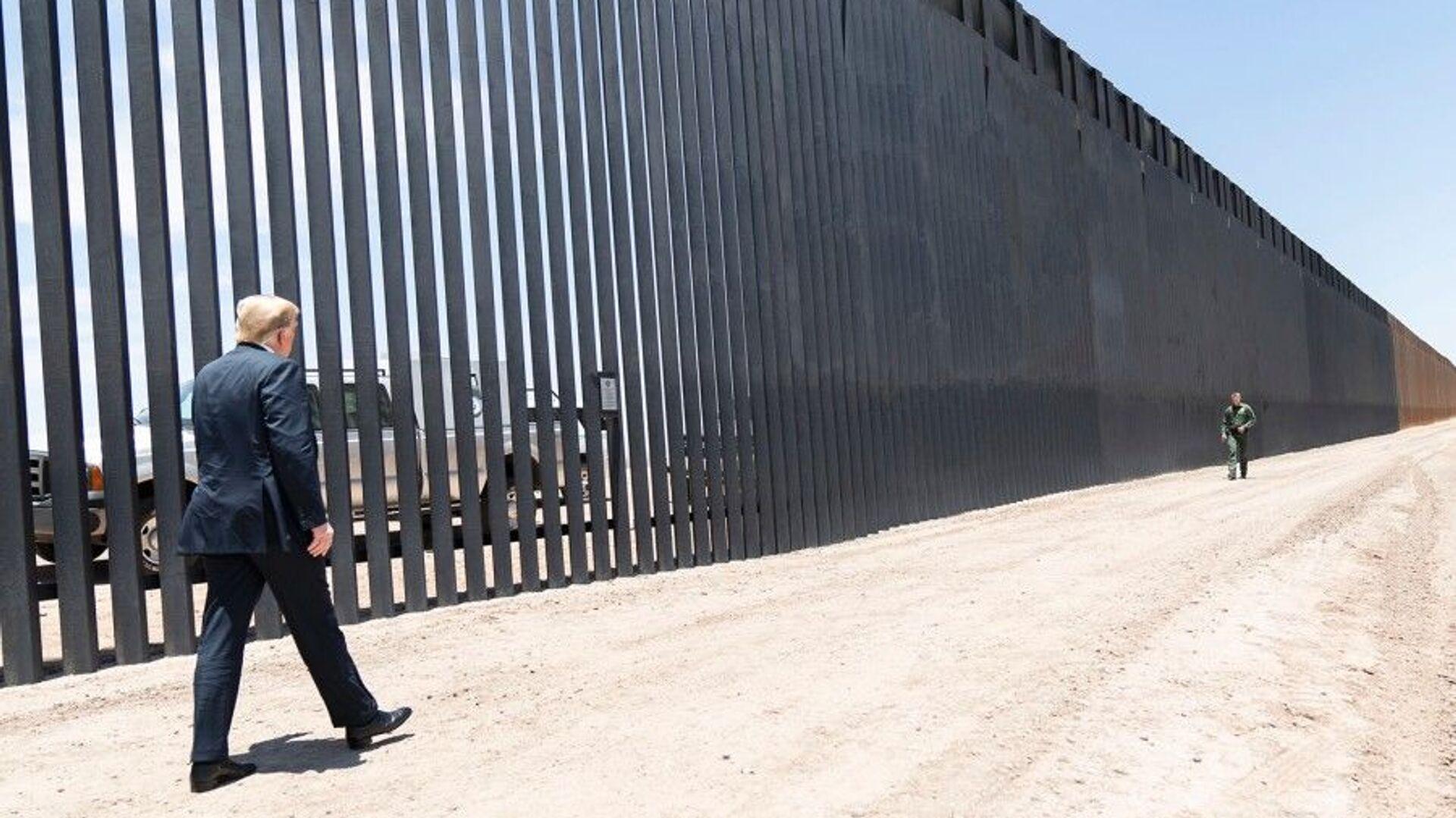 President Donald Trump walks along the completed 200th mile of new border wall on June 23, 2020, along the U.S.-Mexico border near Yuma, Arizona. - Sputnik International, 1920, 21.09.2021