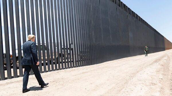 President Donald Trump walks along the completed 200th mile of new border wall on June 23, 2020, along the U.S.-Mexico border near Yuma, Arizona. - Sputnik International