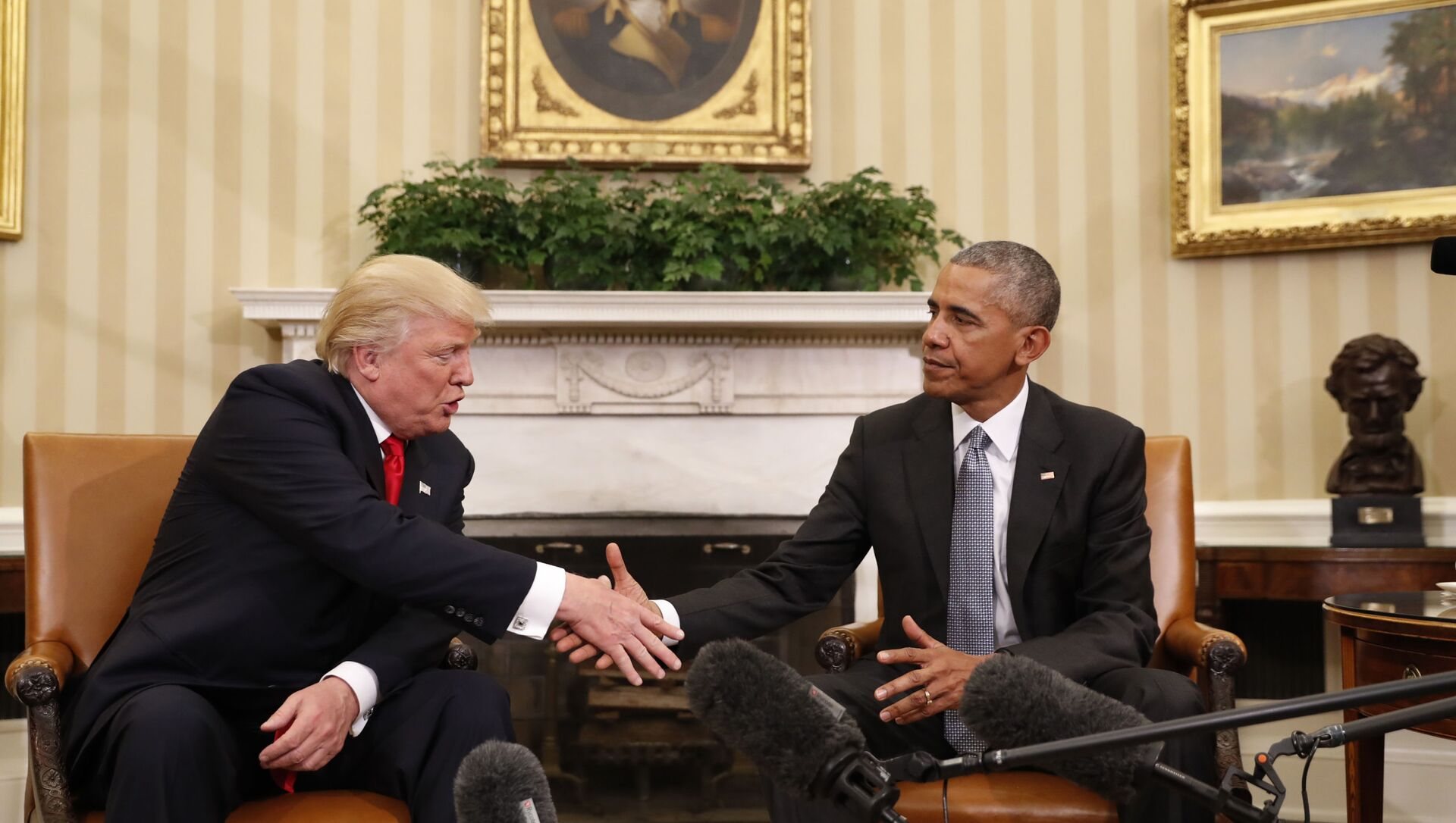 In this Nov. 10, 2016 file photo, President Barack Obama shakes hands with then-President-elect Donald Trump in the Oval Office of the White House in Washington - Sputnik International, 1920, 02.08.2021
