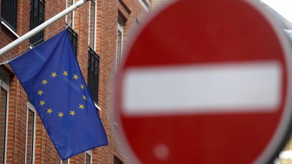 An EU flag flies on a building located in a one way street in London, Monday, Nov. 9, 2020 - Sputnik International