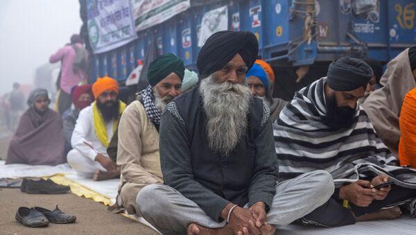 Farmers attend a nationwide protest against the newly passed farm bills on a foggy morning at Singhu border near Delhi, India, December 8, 2020 - Sputnik International