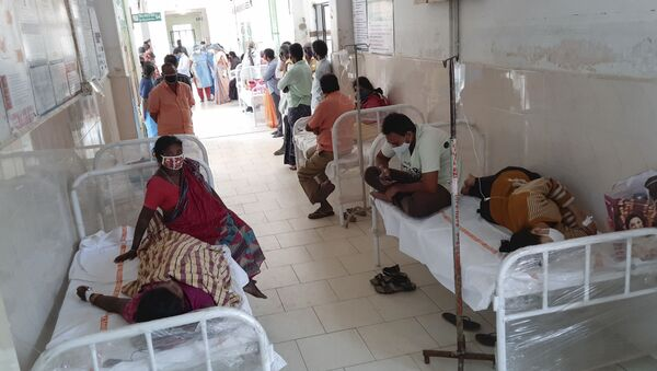 Patients and their bystanders are seen at the district government hospital in Eluru, Andhra Pradesh state, India, Sunday, Dec.6, 2020. Over 200 people have been hospitalized due to an unidentified illness in this ancient city famous for its hand woven products. - Sputnik International