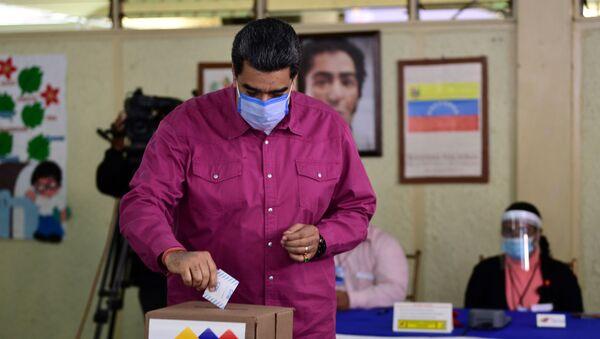 Venezuelan President Nicolas Maduro casts his vote at a polling station in the Simon Rodriguez school in Fuerte Tiuna, Caracas, on December 6, 2020 during Venezuela's legislative elections.  - Sputnik International