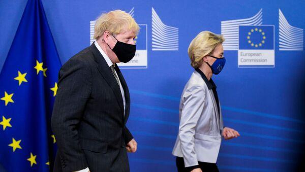 European Commission President Ursula von der Leyen welcomes British Prime Minister Boris Johnson in Brussels, Belgium December 9, 2020. - Sputnik International