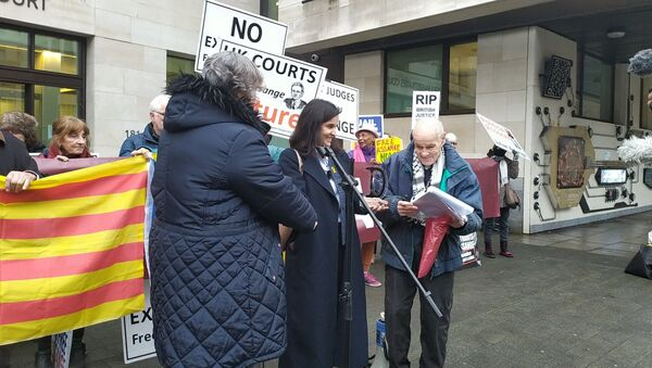 Ms Júlia Strubell hands the 2019 Catalonia Dignity Commission award to Eric Levy of Committee to Defend Julian Assange on 11 December 2020 outside Westminster Magistrates' Court - Sputnik International