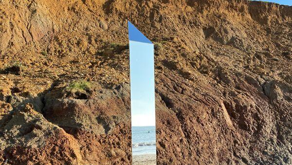 Shining metal object is seen at Compton Beach, Isle of Wight, Britain December 6, 2020. Picture taken December 6, 2020. - Sputnik International