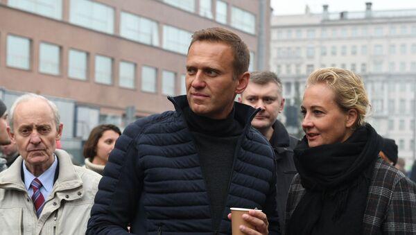 Alexey Navalny with wife Yulia - Sputnik International