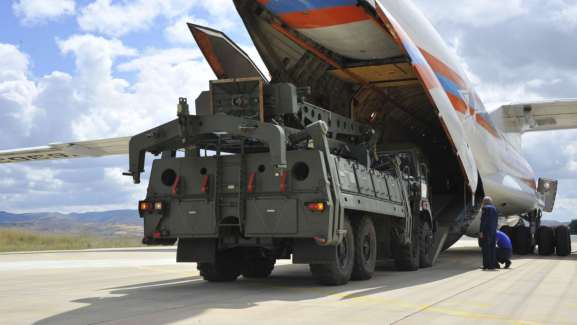 Military vehicles and equipment, parts of the S-400 air defense systems, are unloaded from a Russian transport aircraft, at Murted military airport in Ankara, Turkey, Friday, July 12, 2019 - Sputnik International, 1920, 05.08.2021