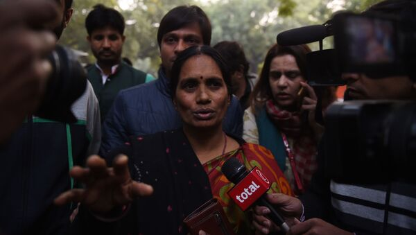 The mother of Indian gangrape victim 'Nirbhaya' (C) talks to the media as she attends a rally held to protest the release of a juvenile rapist, in New Delhi on December 21, 2015.  - Sputnik International