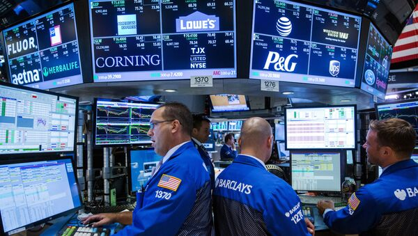 Traders work on the floor of the New York Stock Exchange shortly before the closing bell in New York August 26, 2015. - Sputnik International