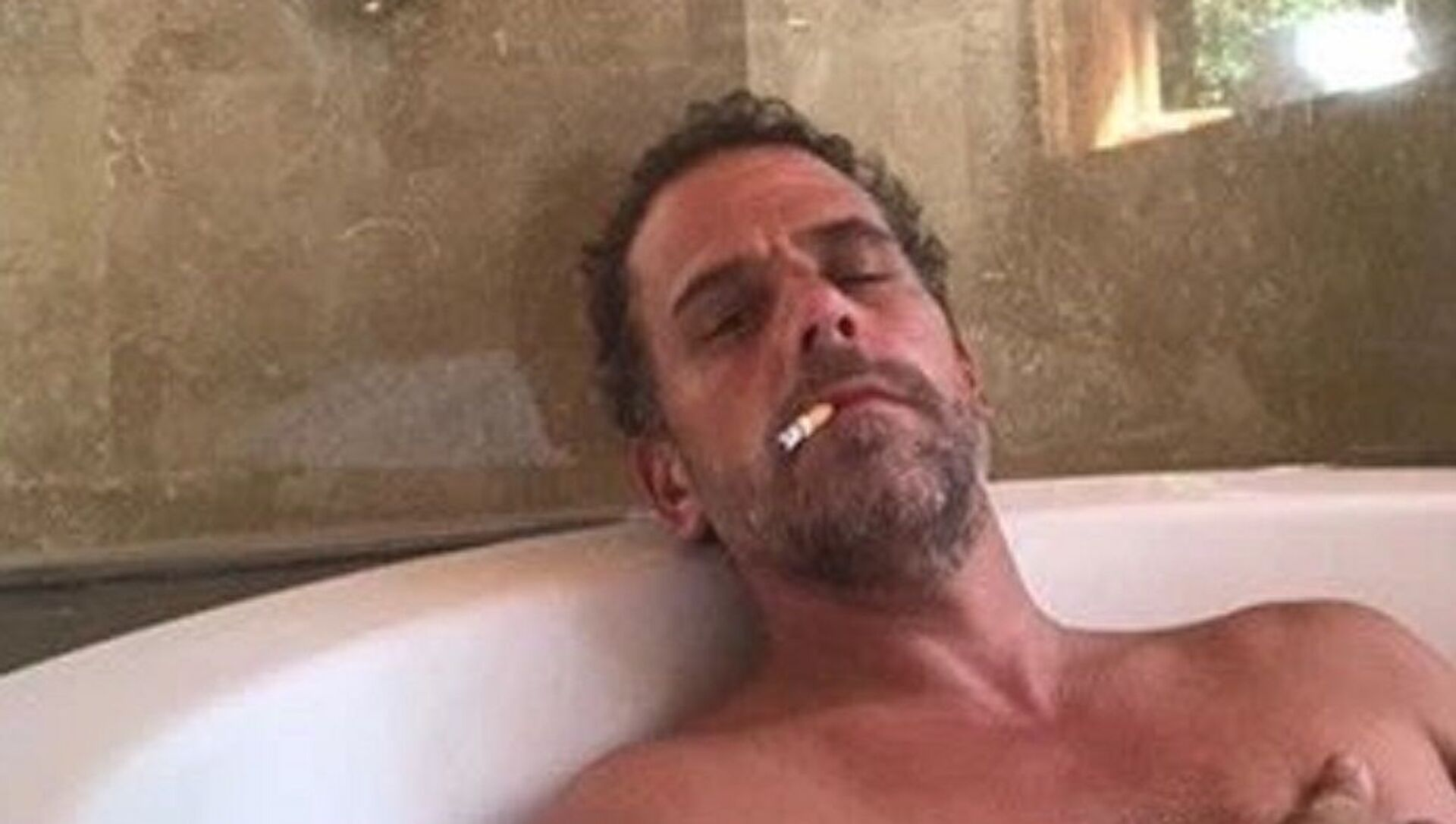 Photo of Hunter Biden relaxing in a bathtub, reportedly taken from a computer dropped off at a Delaware computer repair shop. - Sputnik International, 1920, 30.07.2021