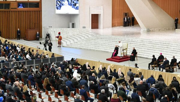 Pope Francis receives Vatican employees for presentation of Christmas greetings, at the Vatican, December 21, 2020. - Sputnik International
