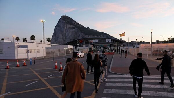 Gibraltarian citizens cross the country's border from Spanish side after spending the Christmas Eve day in Spain, in front of the Rock of the British overseas territory of Gibraltar, historically claimed by Spain, after Britain and the European Union agreed terms of a trade deal on Brexit on Thursday, in La Linea de la Concepcion, southern Spain, December 24, 2020.  - Sputnik International