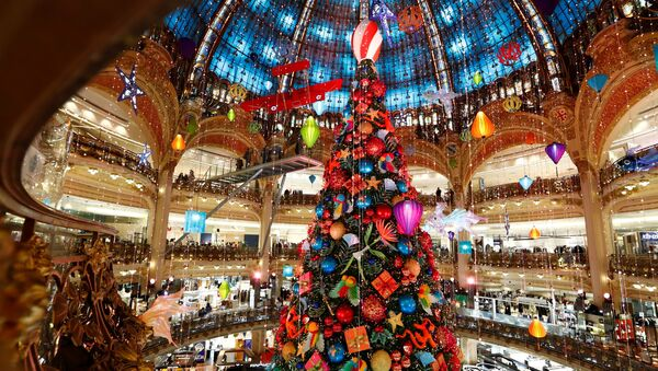 A giant Christmas tree stands at the Galeries Lafayette department store where lights were switched on for the festive season in Paris, France, November 30, 2020. - Sputnik International