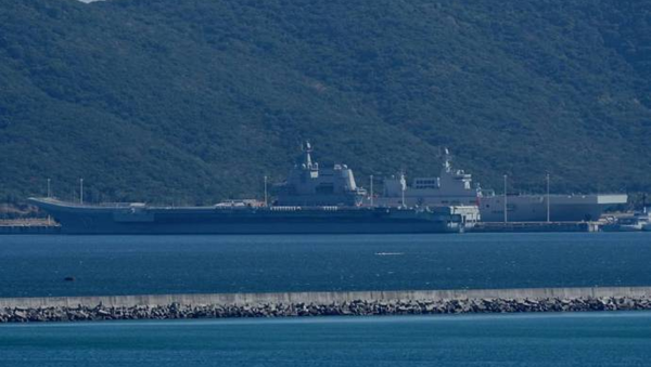 China's first Type 075 amphibious assault ship and its aircraft carrier Shandong docked side-by-side at Yulin Naval Base in Hainan - Sputnik International