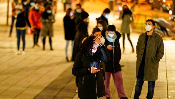 People queue to get tested amid the coronavirus disease ( COVID-19) pandemic in Madrid, Spain, December 21, 2020 - Sputnik International
