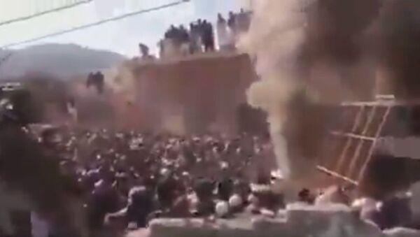 A mob of vandals destroy an ancient Hindu temple in the Karak district of Khyber Pakhtunkhwa in Imran Khan PTI 's Naya Pakistan. - Sputnik International