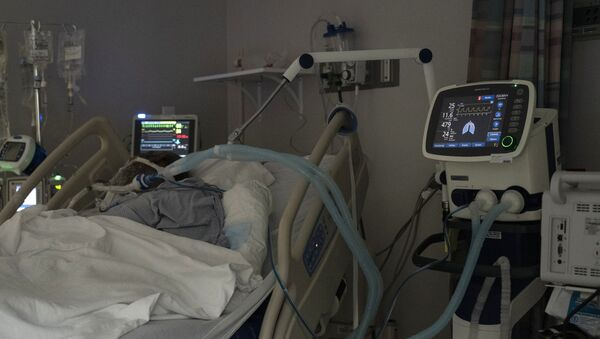 A patient is seen lying on a bed in the COVID-19 intensive care unit (ICU) on New Year's Day at the United Memorial Medical Center on January 1, 2021 in Houston, Texas. - Sputnik International