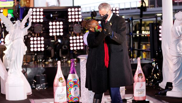 Mayor Bill De Blasio dances with his wife Chirlane McCray on New Years Day in Times Square in New York City, U.S., January 1, 2021.  - Sputnik International