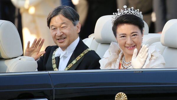 Japan's Emperor Naruhito (L) and Empress Masako (R) wave during a royal parade in Tokyo on November 10, 2019. - Sputnik International