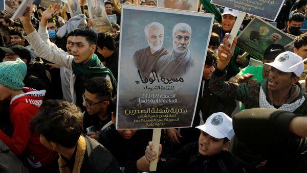 Люди с плакатами во время первой годовщины со дня смерти иранского командира Касема Сулеймани и иракского командира Абу Махди аль-Мухандис в Багдаде - Sputnik International