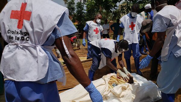 Democratic Republic of Congo's Red Cross members wearing gloves and masks handling dead bodies in Mangina on February 10, 2020, that were brought to the Mangina hospital morgue on February 9, 2020, following an attack on February 8, 2020 in Mangina. - People of Mangina are leaving the city due to the fear of imminent attacks by the Allied Democratic Forces (ADF) in the east of the Democratic Republic of Congo. (Photo by Seros MUYISA / AFP) - Sputnik International