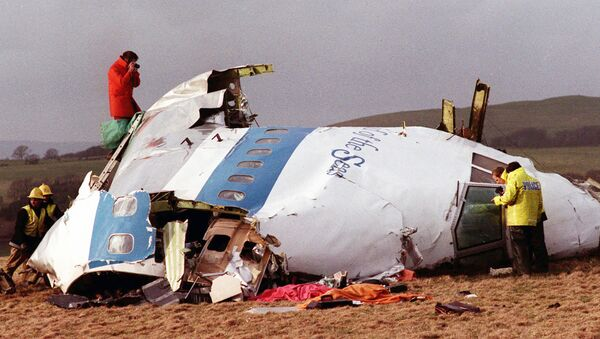 This  Dec. 22, 1988 file photo shows Police and investigators look at what remains of the flight deck of Pan Am 103 on a field in Lockerbie, Scotland. - Sputnik International