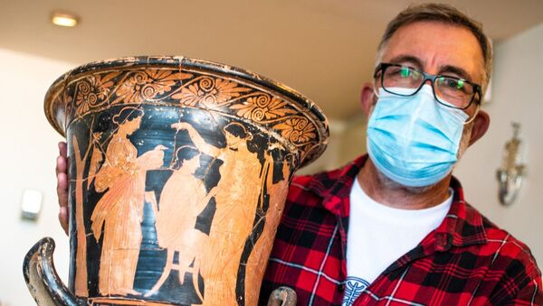 A photo of the ancient Greek vase discovered during the Israel Antiquities Authority raid in Tel-Aviv, 4 January 2021 - Sputnik International