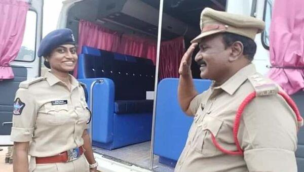 Policeman Salutes His Officer Daughter in India - Sputnik International