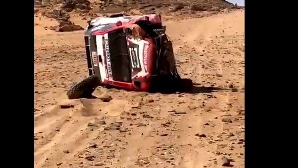 Racer Bernhard ten Brinke's car crashes during Dakar 2021 - Sputnik International
