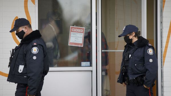 Toronto Police officers walk by a shutdown order on the window of Adamson Barbecue, an Etobicoke business that has defied provincial shutdown orders, on November 25, 2020 in Toronto, Canada. - Sputnik International