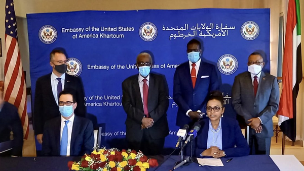 US and Sudanese officials at the US Embassy in Khartoum, Sudan on 6 January 2021 at the signing of agreements to normalise ties and improve relations with Israel. - Sputnik International