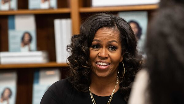 Former US first lady Michelle Obama meets with fans during a book signing on the first anniversary of the launch of her memoir Becoming at the Politics and Prose bookstore in Washington, DC, on November 18, 2019.  - Sputnik International
