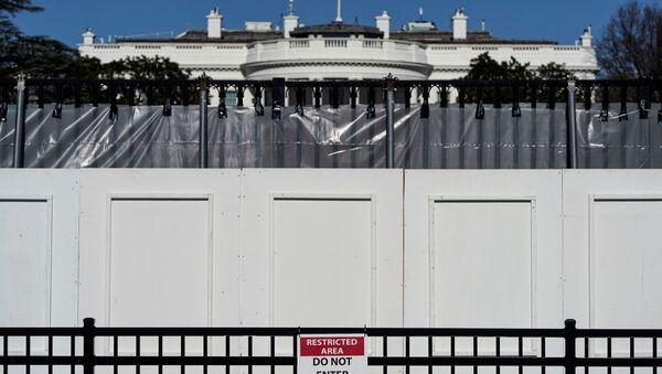 Белый дом за ограждением в Вашингтоне  - Sputnik International