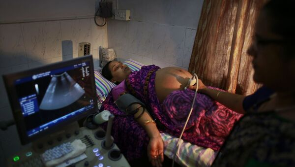 n Indian pregnant woman is examined by her gynecologist at a hospital in Gauhati, India, Friday, July 11, 2014 - Sputnik International