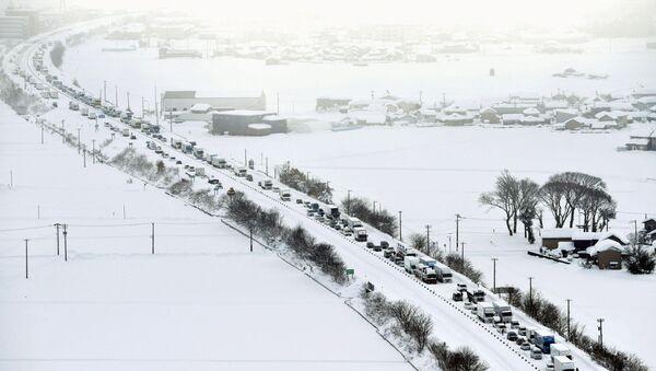 Vehicles are stranded in the snow on the Hokuriku Expressway in Fukui Prefecture, Japan - Sputnik International