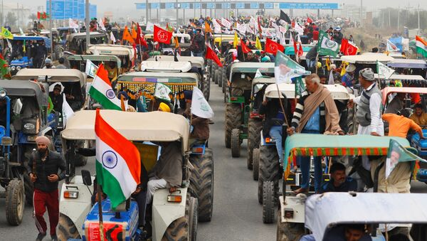 Farmers participate in a tractor rally to protest against the newly-passed farm bills, on a highway on the outskirts of New Delhi, India, 7 January 2021 - Sputnik International