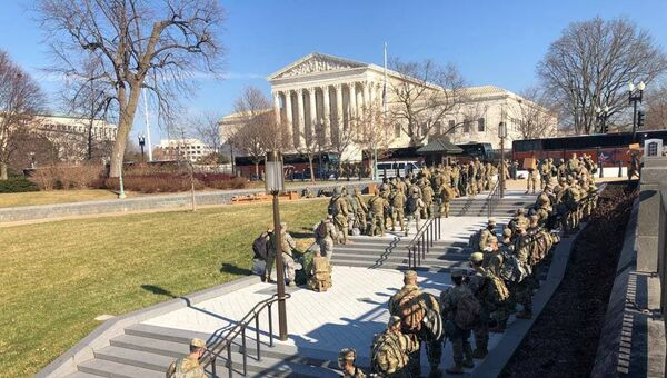 Additional National Guard forces arrive to the US Capitol from the area of the Supreme Court - Sputnik International