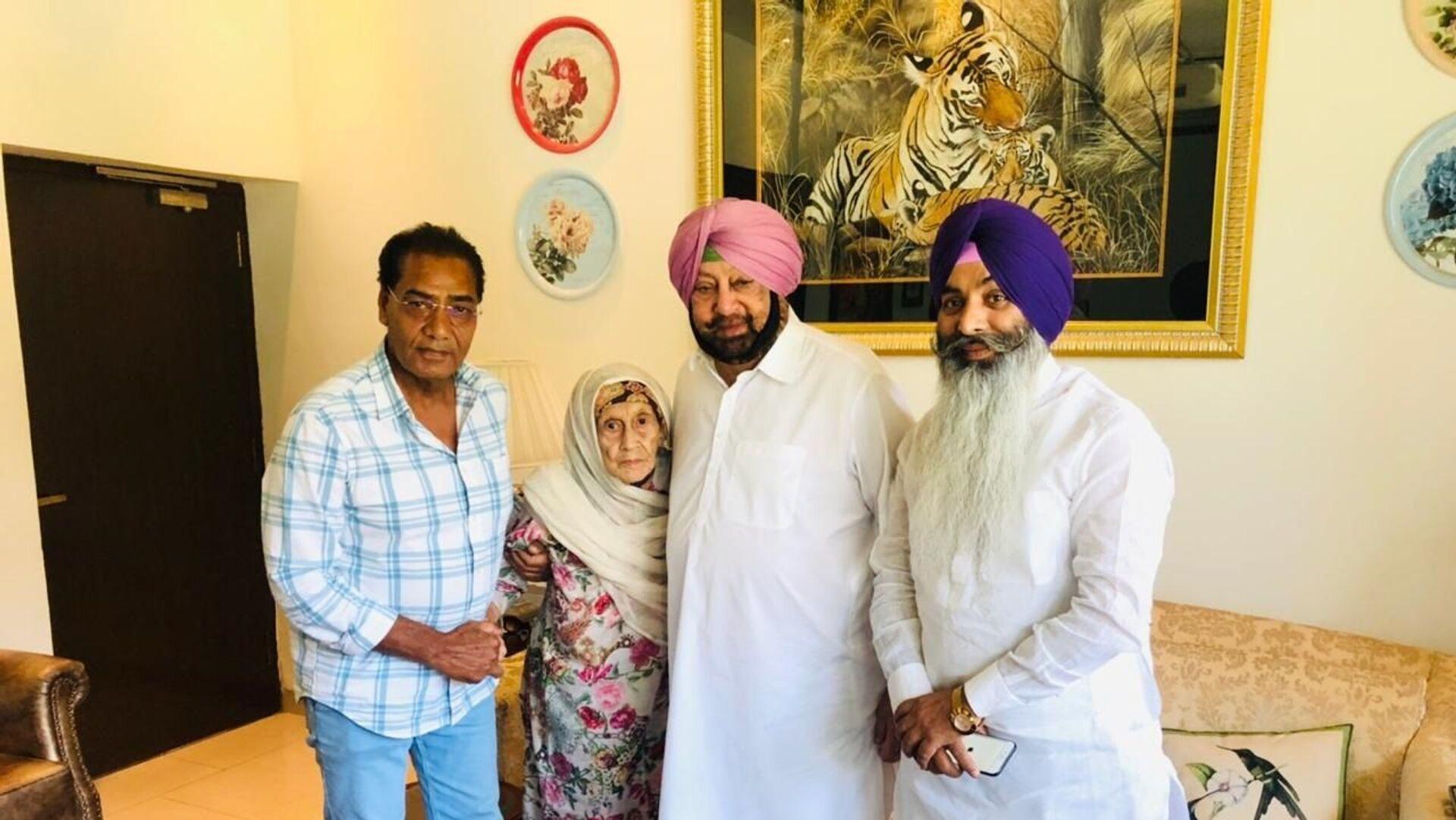 Begum Nisa with Chief Minister of Punjab Capt Amarinder Singh(right) and Caretaker Mehmud (left) - Sputnik International, 1920, 18.09.2021