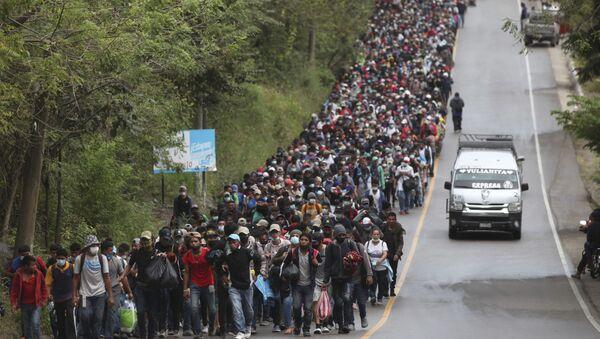 Honduran migrants hoping to reach the U.S. border walk alongside a highway in Chiquimula, Guatemala, Saturday, Jan. 16, 2021 - Sputnik International